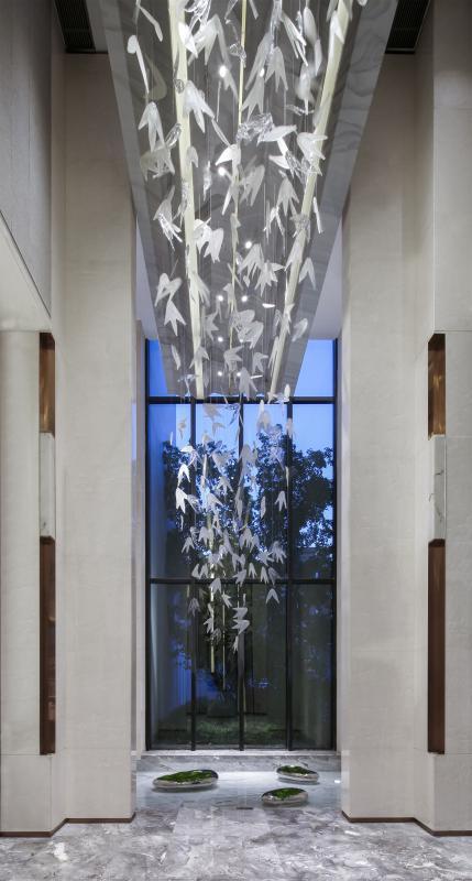 一反传统设计,入口处大几何体量虚实对比,重新建构上下叠加的空间关系,挥洒于空间中的《竹舞》,是设计师于传统文化中捕捉的片段,让建筑与室内的边界生动自然,步入其中,从日常的繁杂中抽离,在全新的空间体验里捕获精神共鸣。