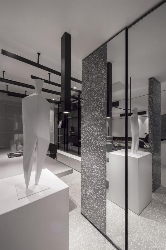 """杨星滨说:家,无关于别人,我喜欢的就是对的。 空间回到原始的黑白灰,给人真实的踏实之美,水磨石固有的基调本身就起到调和过渡作用,完美驾驭各种空间情绪。 看起来最不像一个设计师的家,却也最符合一个设计师对家的""""不羁""""。"""