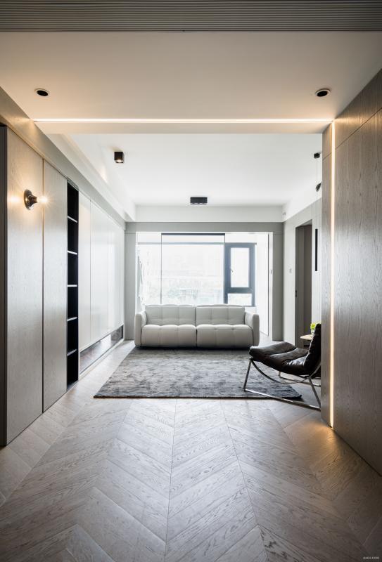 延续客厅的木饰面到餐厅前端,从空间上显得客厅都很大,不是中规中矩的,并且配合了发光灯槽,可定制长宽,再从里面上总价灯光灯带元素,从里面到顶面的延伸感,同时增加了分割的层次感。顶部的中央空调做了无框设计(大金空调定制款),简洁,无包合感。