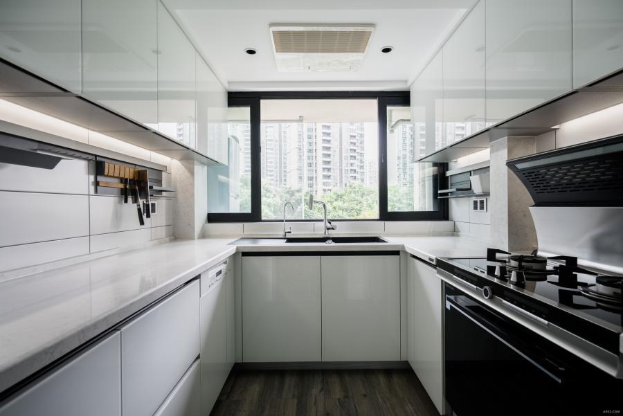 中厨的设计结合运用了业主很喜欢的不锈钢配件,打开橱柜门,里面展现出的都是不锈钢的五金件,非常有质感。面板全部采用了白色的,足够大气且易打理。