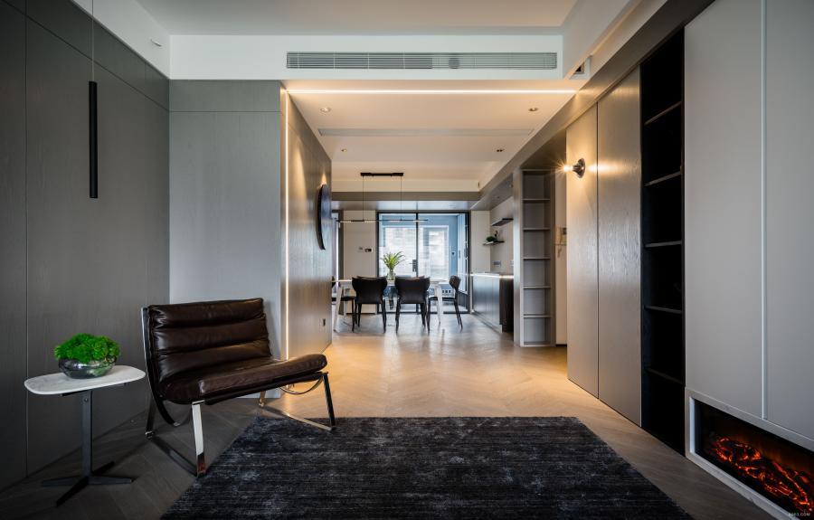 客厅所用的地板是实木复合的鱼骨拼式样,设计师和业主曾经在喜临门逛的时候看到过,要3300/平方,价格实在有点略高,后来设计师特意拿了小样拖了很多朋友帮忙找到了几乎一半价格的供应商,客户非常满意。