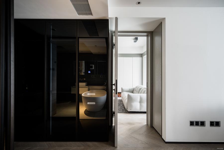 从主卧的隐形门推进来,后身是额外增加出的一个L型衣帽间,简框玻璃移门是特意定做的,既私密又有酒店风的味道。