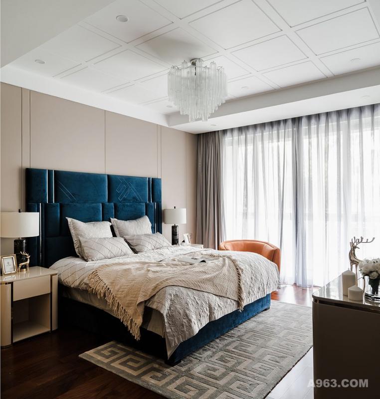 [卧室]卧室一定是温暖的,是疲惫的身躯与灵魂得到休憩的场所。所以在家具软装的选择上尽量用舒适的款式,细心的你一定可以发现床的质感与颜色与客厅蓝色单椅是相同的,沙发与地下室单椅一致,在不同的空间都可以找到设计师精心挑选的痕迹。