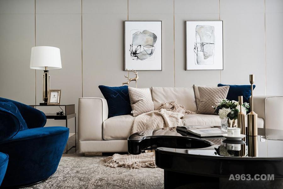[客厅]客餐厅的空间布局,我们采用了打通连体的空间布局方式,沙发和餐桌都是以空间居中的方式的摆放,并不是传统的沙发靠墙的方式来布置的,这样会使空间具有艺术感和更加开阔。