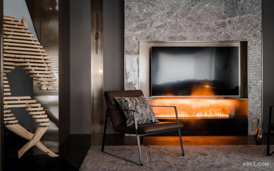 客厅的电视机背景用的是整块的大理石切割后贴上墙,加入铜色的不锈钢金属收边。大理石、不锈钢、木饰面板,三种不同材质的组合碰撞,墙面的层次感一下子突显了出来,浑然一体。
