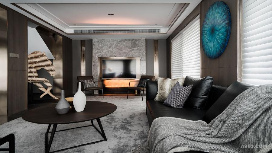 """客厅中唯一出跳的颜色运用,就是这幅""""圆形""""的装饰画了。设计师专门找画廊的画师定制的一副,不拘泥于传统方正的墙画,像眼睛一样既明亮又深邃,体现居住者个性。"""
