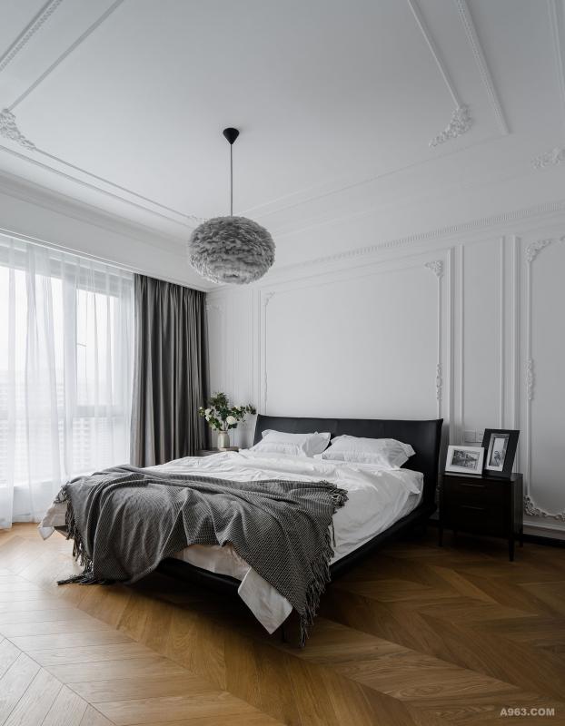 整间主卧室业主夫妻最喜欢的,因为设计师融入了女业主喜欢的法式线条手法。不需要做厚重的大吊顶。