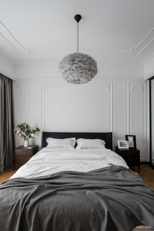主灯挑选了一款羽毛灯,设计师说现场看材质和整间屋子的协调性非常高。很有质感,同时也在硬线条较多的空间内融入了柔和的元素,相互呼应。
