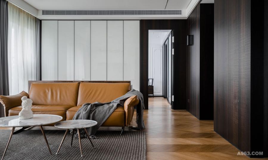 客厅地板的颜色有深浅变化,是设计师特意现场调配,为了让地面看上去不会那么单一沉闷;客厅沙发是natuzzi的,客厅茶几是意大利卡拉拉组合海淘款;