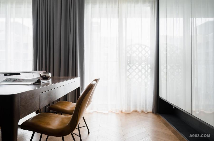 沙发背面额外设立了男业主的办公区,客厅采用了大落地窗,平日里采光非常好,办公环境非常小资。