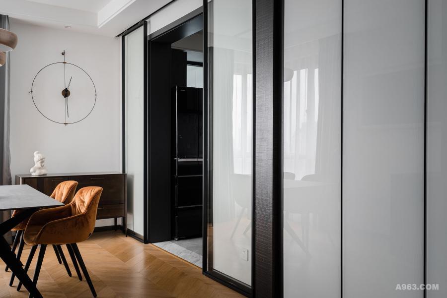 餐厅用的是移门是窄边框的玻璃门板加上轻质吊轨移门,既美观又易于打理。