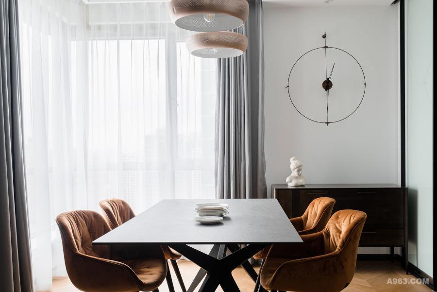 爱马仕橙色的餐椅也是设计师帮忙挑选海淘的,考虑男业主还是很喜欢北欧元素的,所以餐边柜特意挑选了北欧表情的,融入一些北欧味道在设计中,NORMON的海淘钟,价格也不算很贵。