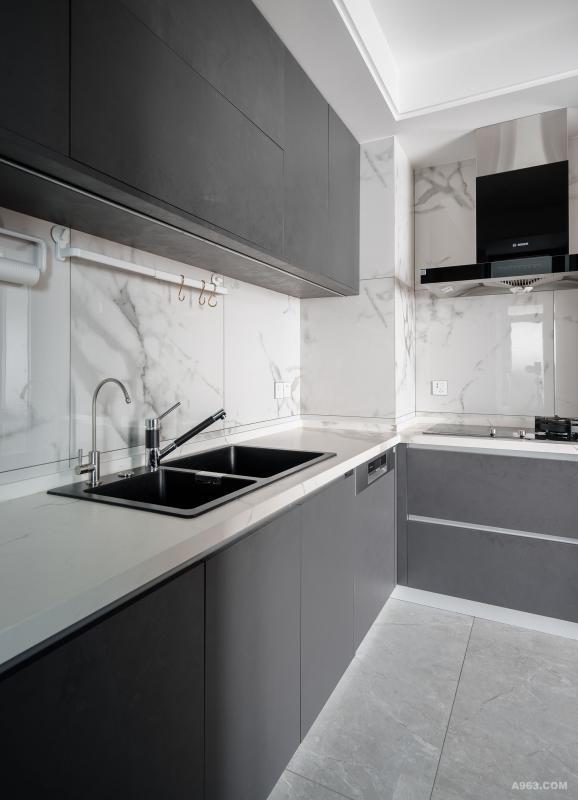 厨房的橱柜也是德禄雷尼尔的,雪花白大理石瓷砖是REX明禾吉利的。业主明日里做饭较少,所以选用比较好打理的材质做。