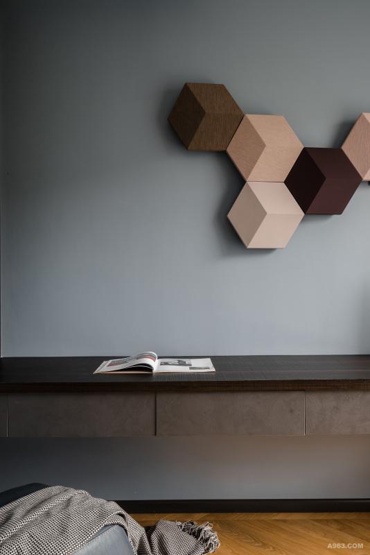 男业主很喜欢音乐,所以家里很多地方都装了音响设备,主卧业主特意挑选了一个很别致的六角形拼状BO音响,雾霾蓝墙面+木饰面+带有抽屉的工作桌。