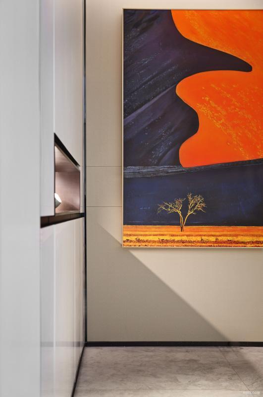 玄关处,壁挂装饰画与爱马仕装饰盒相映成辉,用空灵的纯净色彩,营造空间的雅致。