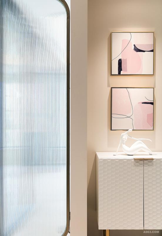 轻奢的古铜,时尚的玻璃,当代的抽象画,点缀优雅的摆件,为空间加分不少。
