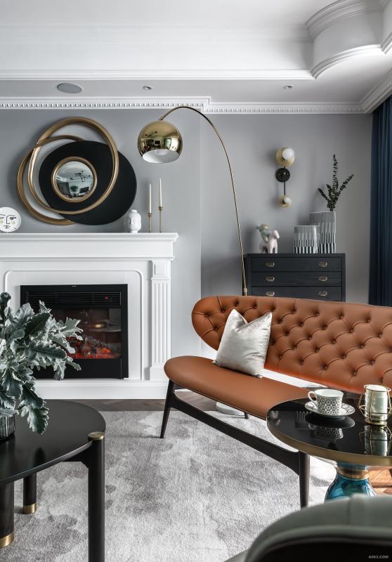 金色落地灯、爱马仕橙沙发椅......颜色相近,又充满过渡感,使用类似色的搭配美学,在同一个色调中制造丰富的质感和层次。