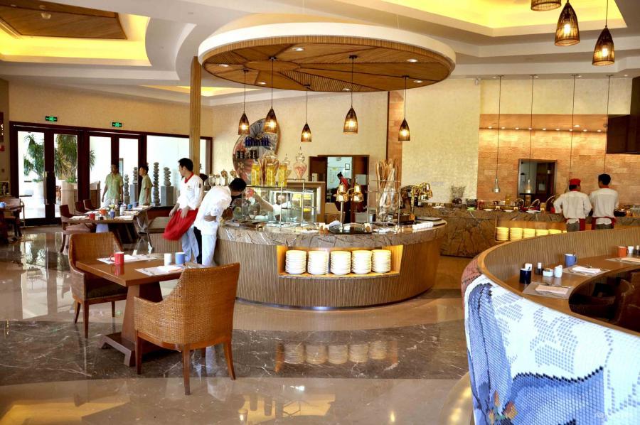 分散的自助餐柜位用上当地热带区的椰子壳作为饰面料。