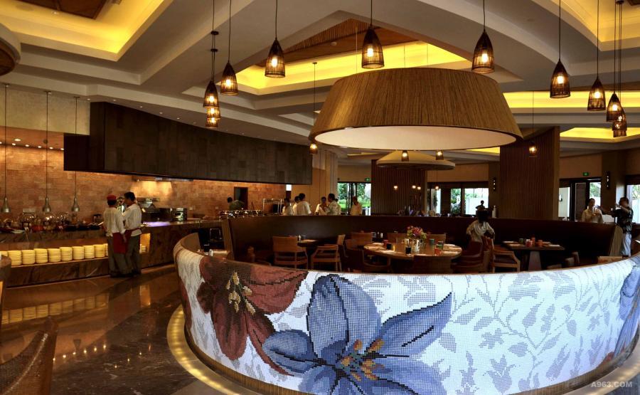 开放式廚房、传菜位置 跟 自助餐区。