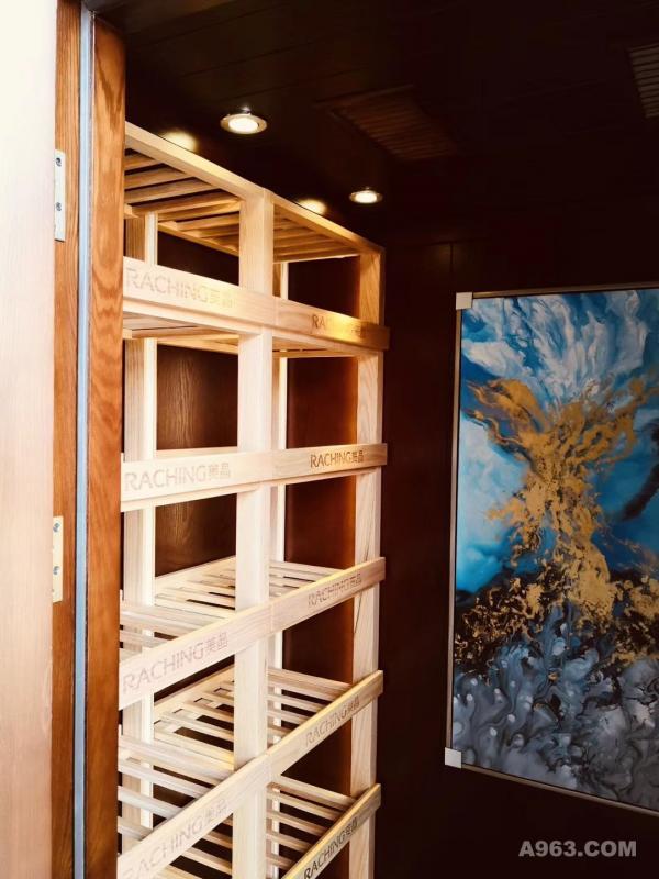 它,采用目前先进的装配式施工法。和传统酒窖比进度快、成本低、易维护、装修垃圾少。