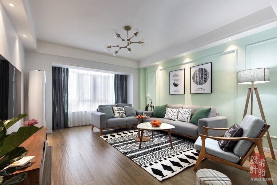 客厅的全景图,整体的颜色用的比较清爽,沙发背后采用的薄荷绿,在造型上加了些线条。朝南的客厅采光很好,天晴的时候,可以躺在沙发上晒太阳。