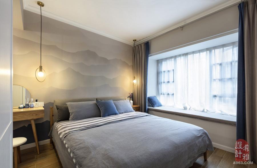 主卧室主色调为蓝色+灰色,床头背景是水墨山水的手绘墙纸,让人置身于大自然的怀抱中。
