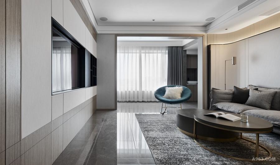 客厅将电视柜收纳体系与立面构成相结合,在满足美观的同时使收纳便捷隐蔽,更加方便屋主日常打理。