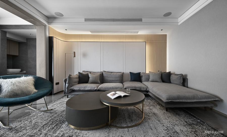 客厅大面用色冷暖结合,既有都市住宅的高级灰宅调,又有木皮温润的自然质感。