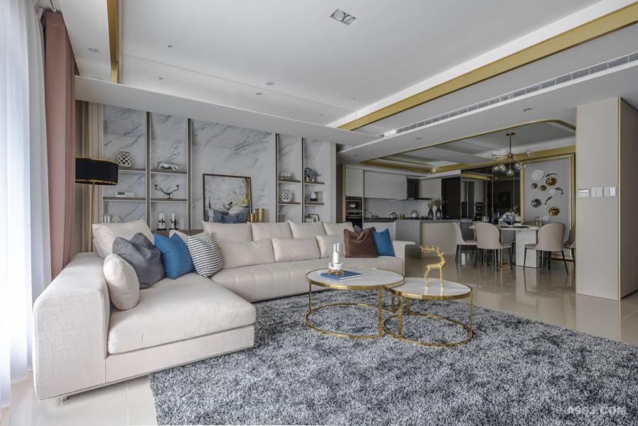 客廳與開放式規劃的餐廳、廚房,保持開闊、通透的尺度,共同陳述溫潤樸直而自然的生活態度。
