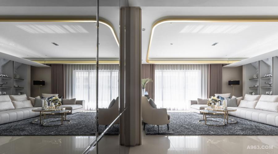 透過鏡面材質,有效延伸放大空間感受。天花輔以金色彩度,挹注微量奢華印象。