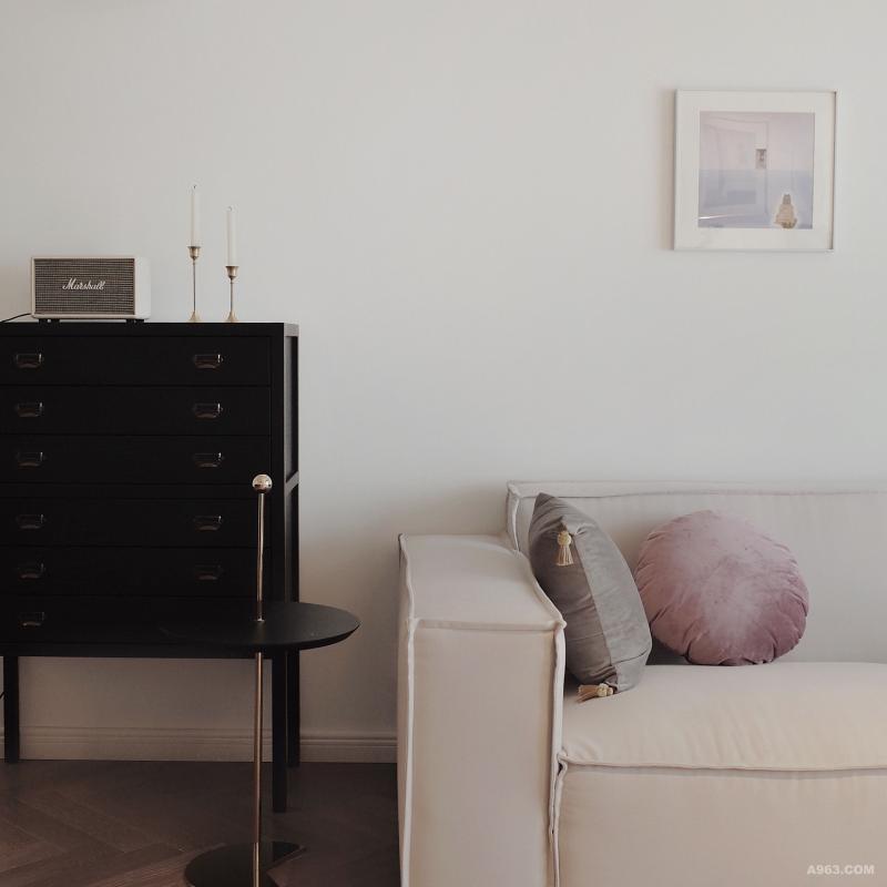 进门映入眼帘的是黑白调子的客厅,将人映入一处极具迷幻感的空间,色彩饱和、材质混搭,亮面及雾面的质感嵌入其中,混合的极为完美。既有张力,又不失优雅。