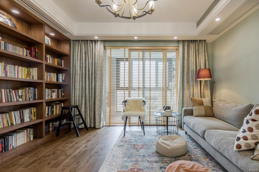 考虑到屋主家有3只猫,所以客厅留出了足够的空间给猫咪们活动。沙发背景墙与窗帘选择了同样的淡绿色,浅色系会让客厅看起来更亮,在视觉上更宽广,搭配棉麻及金属质感的吊灯,使清新自然的空间又多了层复古的感觉。