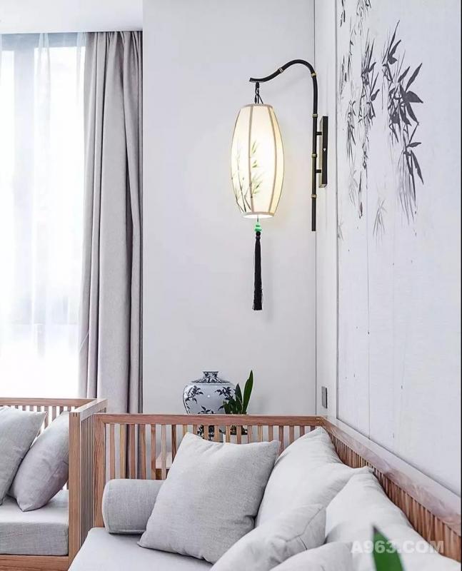 客厅都是采用原木定制的家具,沙发墙的设计绝对是大亮点,竹林鸟兽墙绘搭配灰色布艺沙发垫,非常的自然舒适。