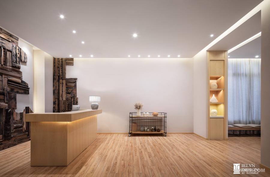 大堂是集散模块,由接待前厅与等候区组成。木质本色饰面与白色两种安静的元素在空间内共生,给人以简单、宁静的身心感受。装饰部分以干净的方式表达,点缀生机,让旅客的目光聚焦于空间本身的纯粹上。