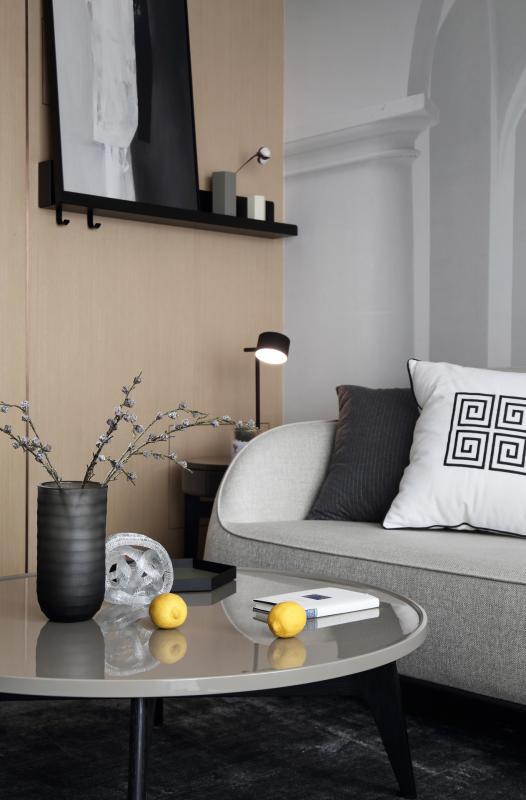 墙面上安装了黑色置物架,搭配了黑白抽象画和铁艺花器摆件,恰到好处的遮挡住了配电箱,在色彩上使它们整体相协调,简约清新,提升了生活的腔调,也为家里增添了一份意趣感。台灯纤细小巧不占地,以小细线之美,修饰了空间的质感。