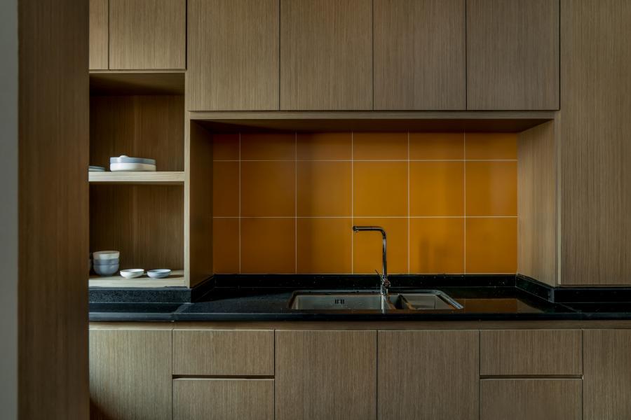 橙、黑两种色系穿插其中,分别代表着太阳、泥土。