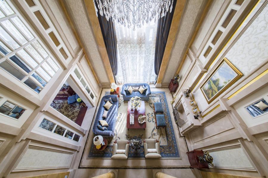运用轴线对称的设计手法,精致的装饰线条,华丽高贵的面料,雅致的家私,温和平静的色调,白色的背景铺垫成就了空间的包容性,亦可尽情在这纯粹的空间中展现各自的个性。