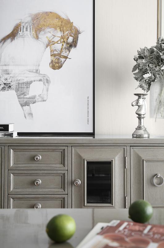 电视柜精致优雅,色彩上显得柔和、平静,做旧的效果看起来更像一行清新的散文诗,有云的飘然和雾的朦胧感。马是一种有灵性的动物,马的摆件和装饰画可以为家里增添一份优雅和灵动。