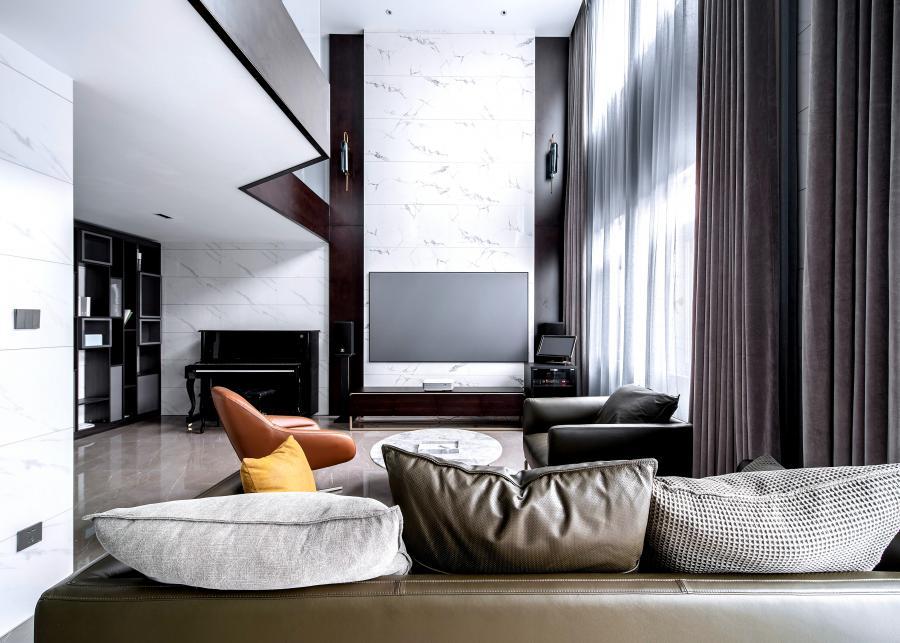 木饰面的垂直使用,使空间变得更加宽敞,线条感清晰。