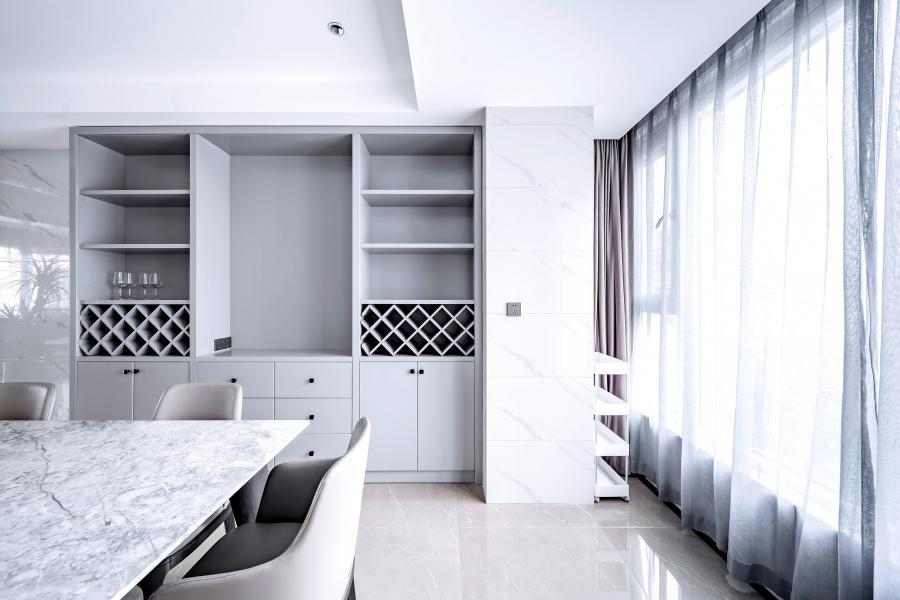 大理石桌面与雅士白大理石瓷砖的呼应,高级灰酒柜与莫兰迪灰餐椅的呼应,使空间更加整体。