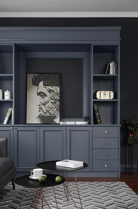 茶几是直径50公分和40公分的大小号组合在一起的,高低相差5公分,黑色与香槟色的搭配,整体显得很有气质。在侧面定制了灰色的装饰柜,与整屋色调相融合,集装饰和收纳功能于一体。复古的抽象人物装饰画,给空间增添了艺术气息。