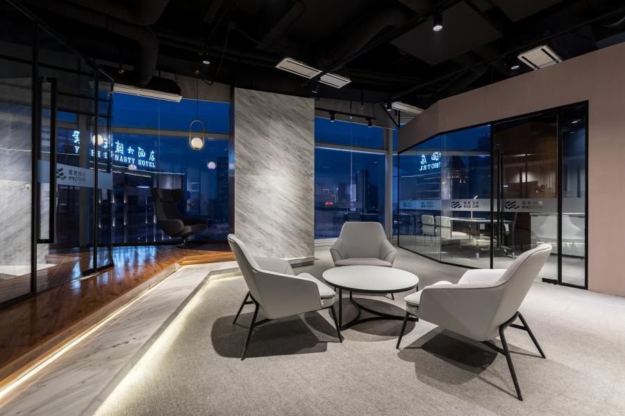 开放式办公空间通过多线条组合形成一条自然指引线,从前台到中心洽谈区、咨询室空间整体紧密相连。 白天,室外采光自然引入,通透敞亮;夜晚,灯光柔和深邃,温馨舒适。