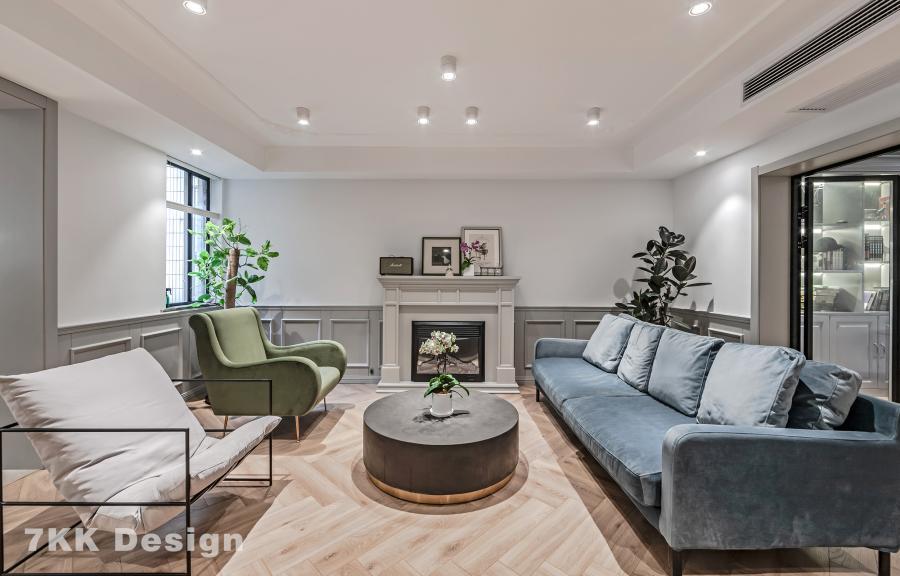 在客厅的造型上和色彩的搭配也要从简约务实的角度出发,丝绒沙发三种不同的颜色合理的注重搭配,木饰面强化型地暖地板给整个客厅带来了温度,身后的壁炉在冬天的时候可以温暖整个客厅,设计师注意到客厅的方向是朝太阳升起的方向,在客厅的壁炉两边打造了一个落地窗放置了绿植可以净化空气。