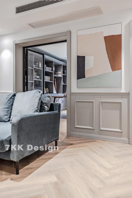 开间用玻璃折叠式移门来划分私人区域(书房),因为玻璃门不影响采光,还能起到区别空间的作用,整体的通透感会减少对室内的压抑感,让房子看起高了很多。