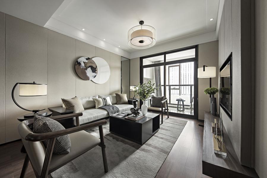 空间整体采用了米咖色为基调,灯具、墙饰、摆件,细节处体现新中式的元素,家具的木质框架和布艺的结合,硬朗中带着柔和。把家具色彩的温度调低后再进行搭配,空间仿佛蒙上了一层灰调,颜色之间不仅没有争奇斗艳,反倒是相互制约的和谐存在,从容淡然间,带来的安静力量。