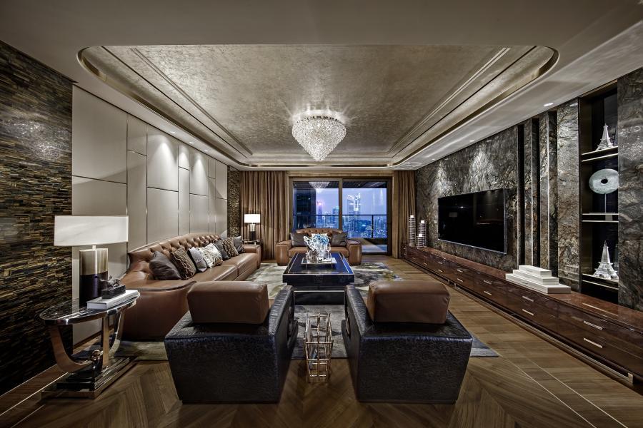 格局清晰,尺度把握准确,柚木地板尊贵稳重,硬包朴素大方,大理石恢弘大气,香槟色的银箔天花提升精致感,搭配精美的软装饰品,创造一个温馨、尊贵的家庭环境。