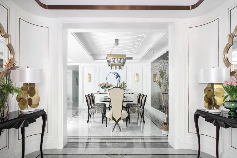 甫进玄关,对称设计的稳重感与仪式感便扑面而来,生机盎然的花束,清芬盈室,仿佛是在欢迎来访之人。