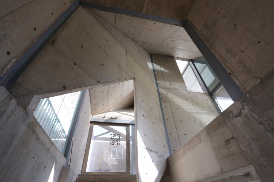 空间结构美。一层与负一层交叉错综复杂的关系,让内部结构关系显得异常奇妙。站在一层可以看到负一层,坐在负一层又可以感受一层的阳光透过窗户洒在负一层的桌子上,此刻的一层跟负一层有了空间、光影之间的一个互动。