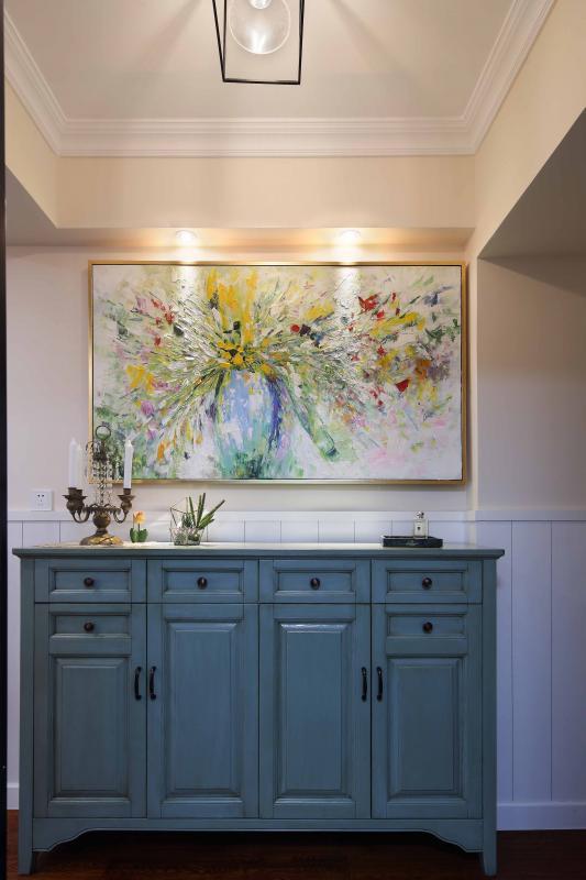 做旧的蓝色鞋柜,精挑细选的五彩挂画,理智与感性的碰撞,也是业主性格写照的具象化体现。