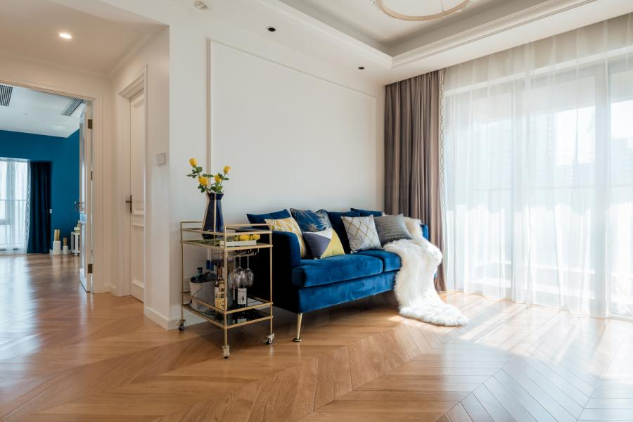 客厅的蓝丝绒沙发与主卧的皇室蓝墙面相呼应,色彩比例也进行了把控。S小姐有很多很棒的想法,时常能激发我的灵感,经过多次深入的探讨,最后沙发背景决定不采用挂画或装饰品等寻常的设计手法,而是选择留白,以加大空间进深。